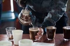 Proces het tot een kom vormen koffie het testen Stock Foto
