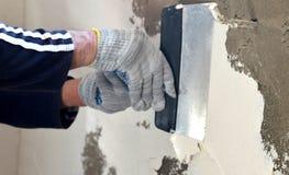 Proces kit betonowa ściana z dwa rękami w rękawiczkach Obrazy Royalty Free