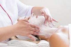Proces kosmetisch masker van massage en facials stock foto