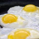 Proces kucharstwa smażący jajka Zdjęcie Royalty Free