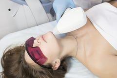 Proces laserowa depilacja żeńskie kończyny zdjęcie royalty free