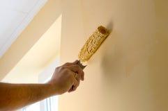 Proces malować ściany w żółtym kolorze fotografia royalty free