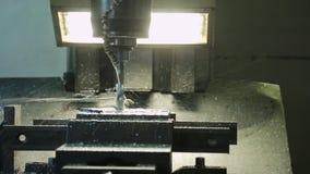 Proces musztrowanie na CNC maszynie i opryskiwanie coolant zbiory wideo