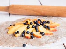 Proces narządzań ciastka z brzoskwinią i czarną jagodą Fotografia Royalty Free