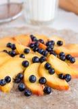 Proces narządzań ciastka z brzoskwinią i czarną jagodą Obraz Stock