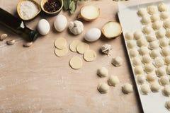 Proces om bollen met vlees op houten lijst te maken Stock Foto