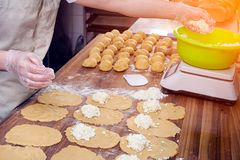 Proces om broodjes te koken stock foto