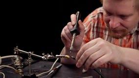 Proces om de kabel voor audiorcaschakelaar te vervangen stock video