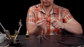Proces om de kabel voor audiorcaschakelaar te vervangen stock footage