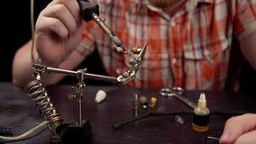 Proces om de kabel voor audiorcaschakelaar te vervangen stock videobeelden