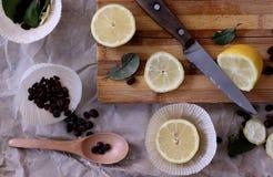 Proces om in de keuken, van de jongensholding de helft van een citroen in h te koken Royalty-vrije Stock Afbeeldingen
