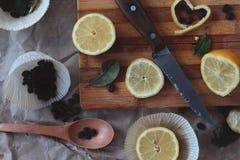 Proces om in de keuken, van de jongensholding de helft van een citroen in h te koken Royalty-vrije Stock Foto's