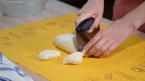 Proces om deegbereidingsschotel te snijden die eigengemaakt deeg koken De chef-kok maakt vers deeg stock footage