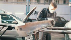 Proces om het voertuig te herstellen - arbeider het oppoetsen detail van de auto stock video