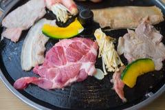 Proces om Koreaans barbecue ruw varkensvlees te koken Stock Afbeeldingen