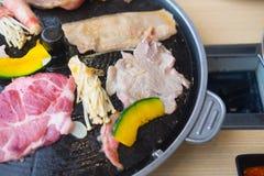 Proces om Koreaans barbecue ruw varkensvlees te koken Royalty-vrije Stock Foto