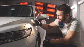 Proces om kwaliteit te controleren van het oppoetsen van het autolichaam stock videobeelden