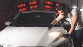 Proces om kwaliteit te controleren van het oppoetsen van het autolichaam stock video