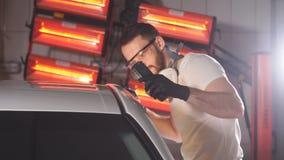 Proces om kwaliteit te controleren van het oppoetsen van het autolichaam stock footage