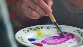 Proces om op canvas te trekken: kunstenaar op het werk Palet van de kunstenaar stock videobeelden