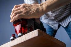 Proces om raads elektrische figuurzaag te snijden Royalty-vrije Stock Fotografie