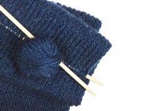 Proces om te breien Bal van blauwe garen en breinaaldclose-up op houten lijst in plattelander Needlecraft royalty-vrije stock foto
