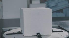 Proces om volumetrische cijfers tot stand te brengen Kubus van uitgebreid polystyreen stock video