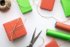 Proces pakunku, opakowanie nowego roku i bożych narodzeń prezenta pudełko i Opakunkowy papier, nożyce, dratwa na białym tle Zdjęcia Stock