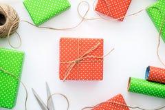Proces pakunku, opakowanie nowego roku i bożych narodzeń prezenta pudełko i Opakunkowy papier, nożyce, dratwa na białym tle Obrazy Stock