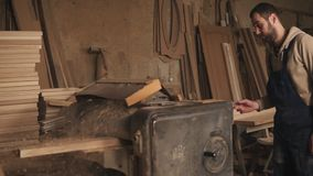 Proces pracować wielka szlifierska maszyna Mistrz mleje drewnianego baru Ciesielka sklep zbiory wideo