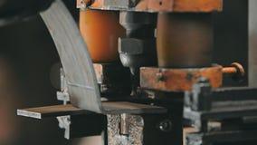 Proces pracująca nowożytna rozcięcie dziura w metalu szczególe na kręcenie tokarce przy rośliną zbiory