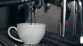 Proces przygotowanie cappuccino Kawa nalewa w białą filiżankę zbiory