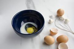 Proces przygotowywać wyśmienicie posiłek z jajkami obrazy royalty free