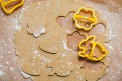 Proces robić imbirowym ciastkom w postaci serca, kwiatu i królika, miodownik obrazy royalty free