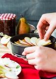 Proces robić jabłczany tarta, ręki Obraz Royalty Free