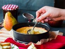 Proces robić jabłczany tarta, ręki Zdjęcie Stock