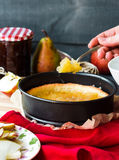 Proces robić jabłczany tarta, ręki Zdjęcia Royalty Free
