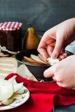 Proces robić jabłczany tarta z bonkreta dżemem, pionowo Zdjęcia Royalty Free