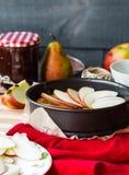 Proces robić jabłczany tarta z bonkreta dżemem, pionowo Obrazy Royalty Free