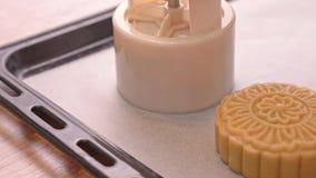 Proces robić księżyc tortowi dla jesień festiwalu - formierstwa księżyc torta ciasto na wypiekowej tacy kształt Kobiety świąteczn zdjęcie wideo
