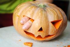 Proces robić lampionowi Śmieszny obrazek Halloweenowa dyniowa potwór twarz z męskimi palcami Obraz Royalty Free