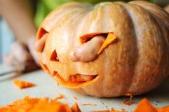 Proces robić lampionowi Śmieszny obrazek Halloweenowa dyniowa potwór twarz z męskimi palcami Obrazy Royalty Free
