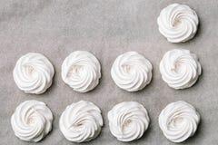 Proces robić marshmallow Zakończenie w górę ręk szef kuchni z ciasteczko torby śmietanką pergaminowy papier przy ciasto sklepem fotografia royalty free
