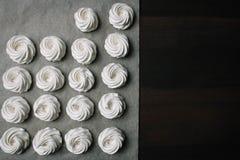 Proces robić marshmallow Zakończenie w górę ręk szef kuchni z ciasteczko torby śmietanką pergaminowy papier przy ciasto sklepem fotografia stock