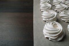 Proces robić marshmallow Zakończenie w górę ręk szef kuchni z ciasteczko torby śmietanką pergaminowy papier przy ciasto sklepem obraz stock