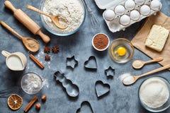 Proces robić miodownikowi Wypiekowi składniki dla domowej roboty ciasta Odgórny widok, mieszkanie nieatutowy Zdjęcie Stock