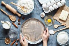 Proces robić pasztetowemu ciastu ręką Wypiekowi składniki dla domowej roboty Piec cukierki tortowego deserowego pojęcie Odgórny w Fotografia Stock