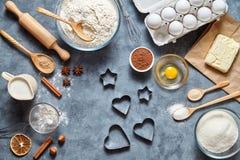 Proces robić piernikowemu sercu na walentynki ` s dniu Piec cukierki tortowego deserowego pojęcie Odgórny widok, mieszkanie nieat Zdjęcie Stock