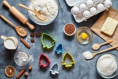 Proces robić piernikowym choinek ciastkom Piec cukierki tortowego deserowego pojęcie Odgórny widok, mieszkanie nieatutowy styl Obrazy Stock