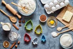 Proces robić piernikowym ciastkom Wypiekowi składniki dla domowej roboty ciasta na ciemnym tle Odgórny widok, mieszkanie nieatuto Fotografia Royalty Free